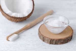 Homemade toothpaste / Dentifrice fait maison avec noix de coco et menthe