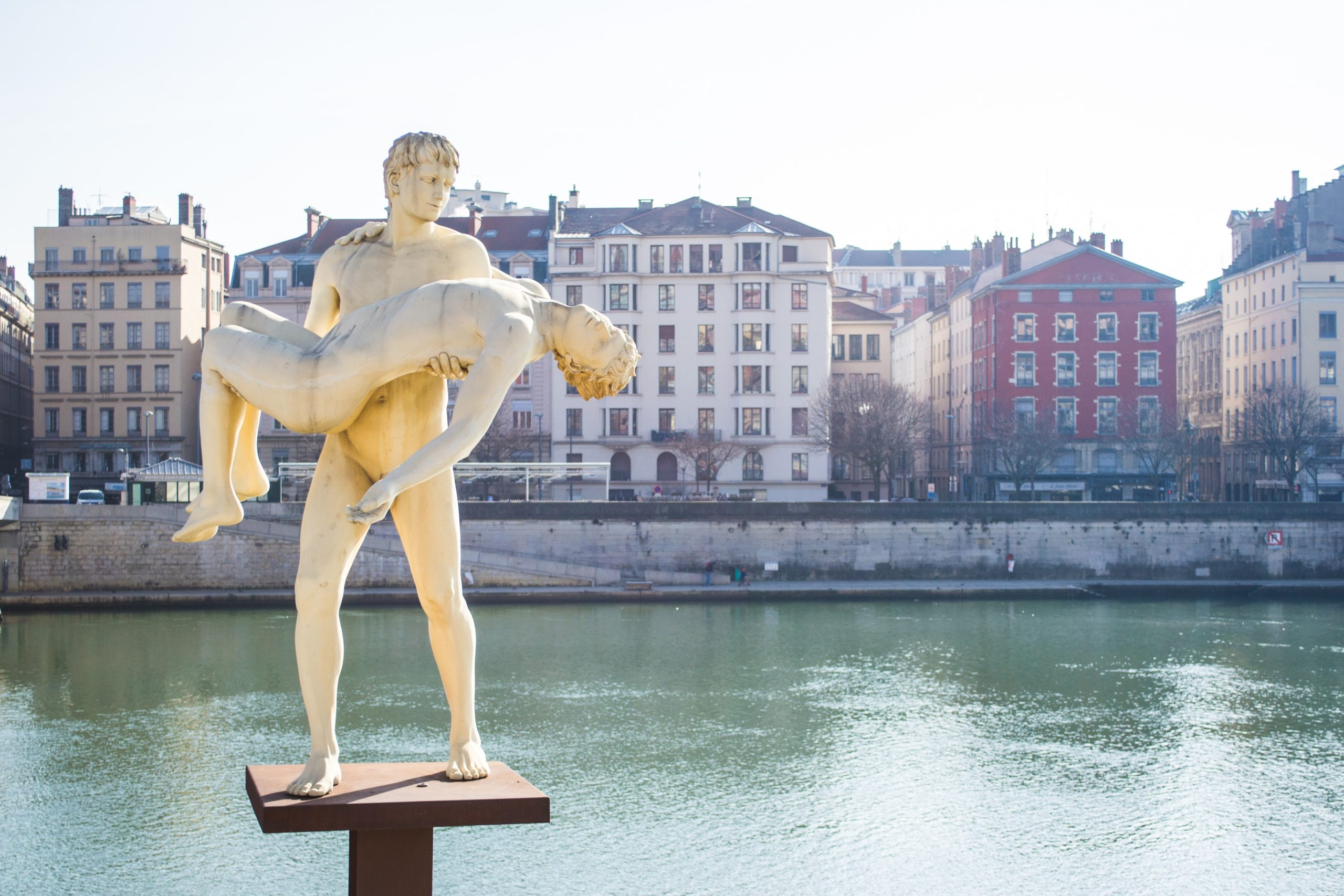 lyon statue greeter